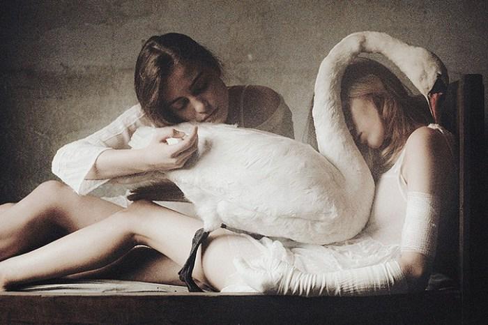 Две сестры. Белый лебедь. Автор фото: Лаура Макабреску (Laura Makabresku).