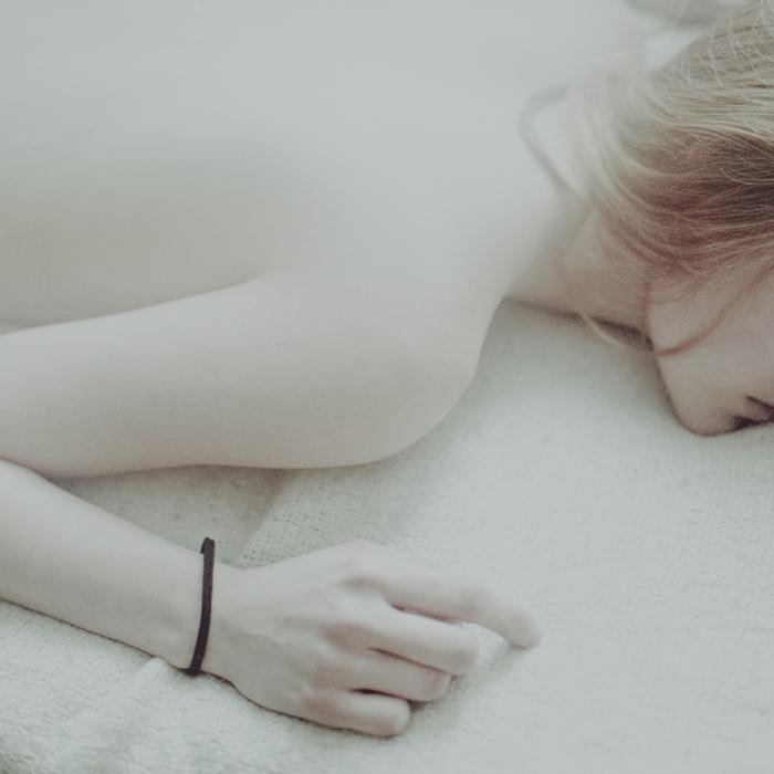 Белоснежное тело. Автор фото: Лаура Макабреску (Laura Makabresku).