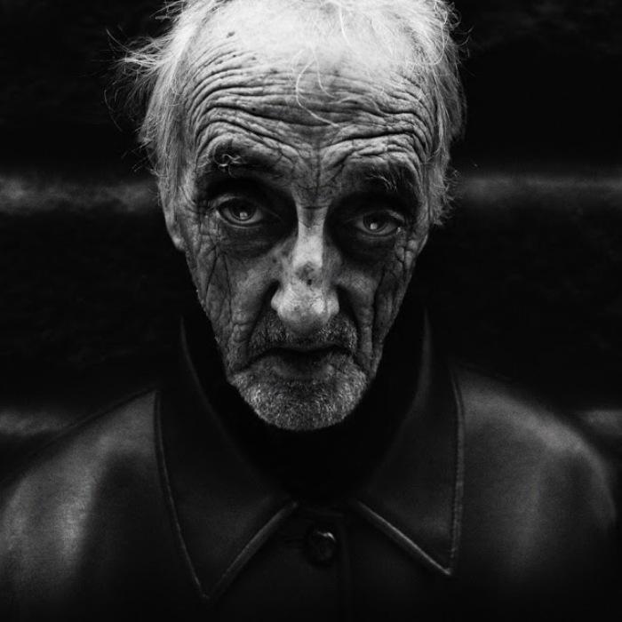 фото старых людей в черном фоне задействуют