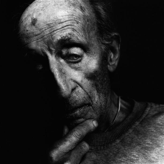 Фото старых людей в черном фоне