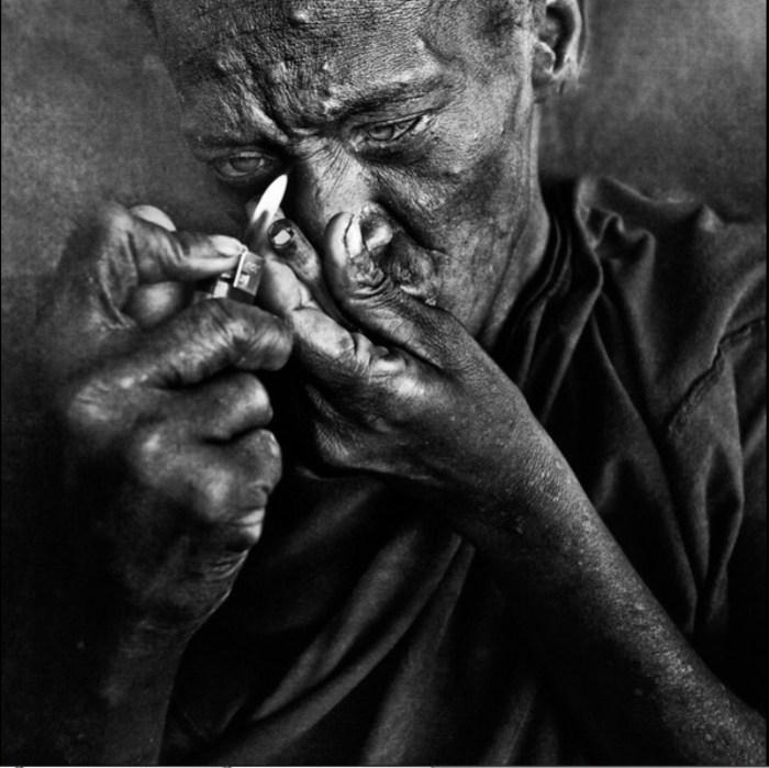 Сигареты - как часть жизни.  Автор работ: фотограф Ли Джеффрис (Lee Jeffries).