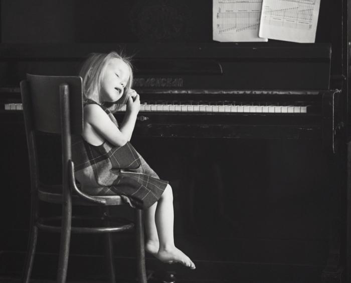 Анна слушает Джони Митчелл. Автор: Lena Kap.
