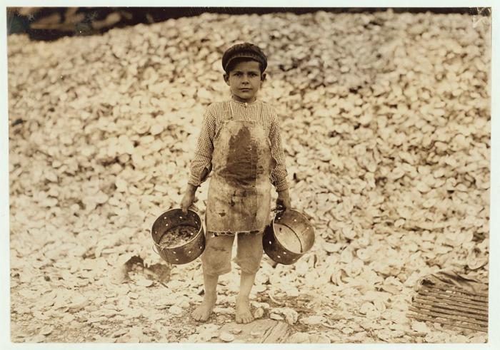Пятилетний комплектовщик креветок Мануэль. Автор фото: Льюис Хайн (Lewis Hine).