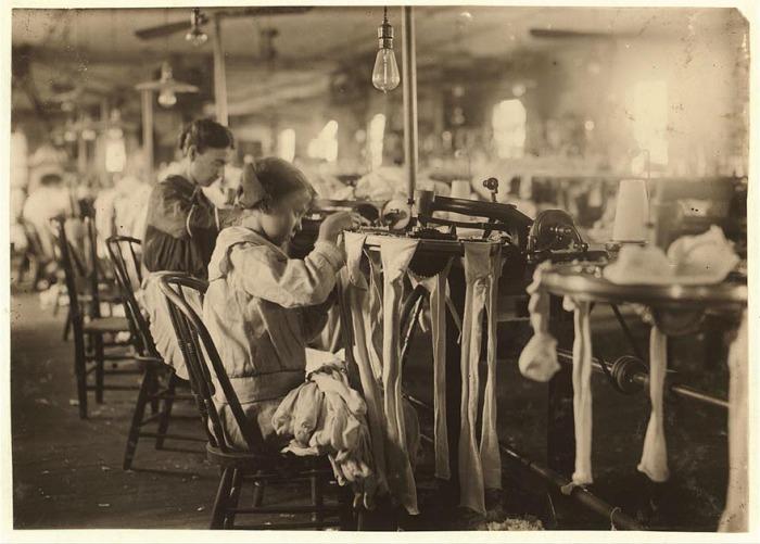 11-летняя работница на чулочно-носочной фабрике. Автор фото: Льюис Хайн (Lewis Hine).