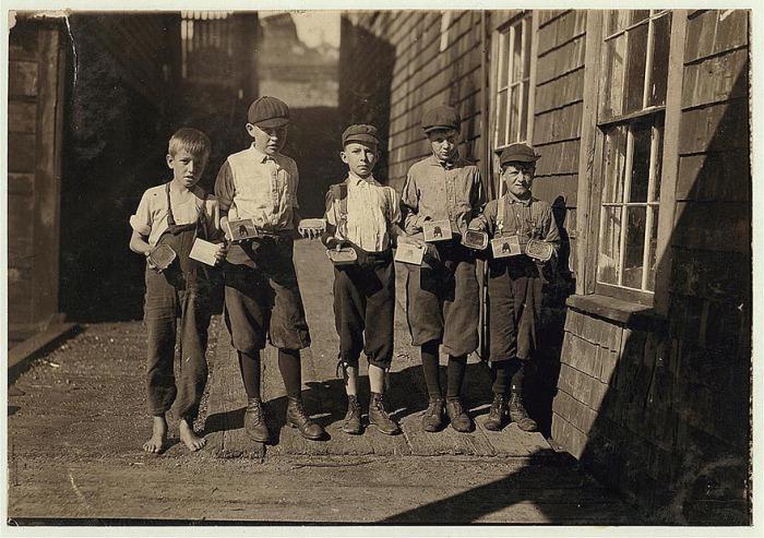 Изготовители картонных коробок на консервном заводе. Автор фото: Льюис Хайн (Lewis Hine).