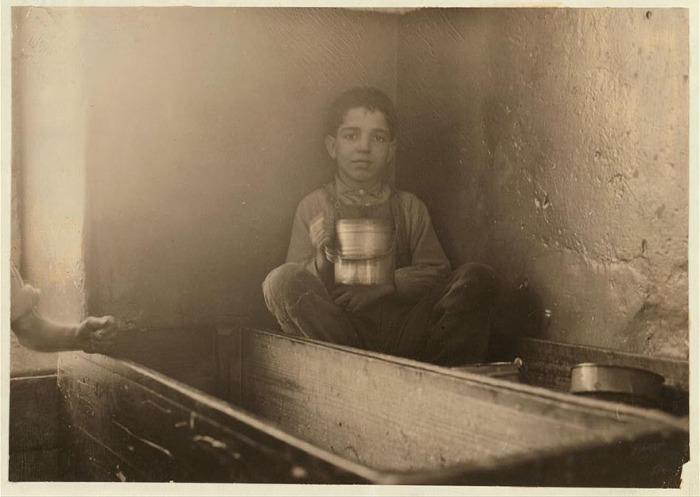 Пятилетний Джо Беневидос обедает. Автор фото: Льюис Хайн (Lewis Hine).