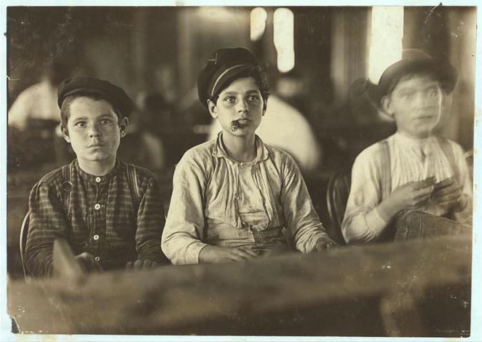Юные работники сигарной фабрики Englahardt & Co. Автор фото: Льюис Хайн (Lewis Hine).