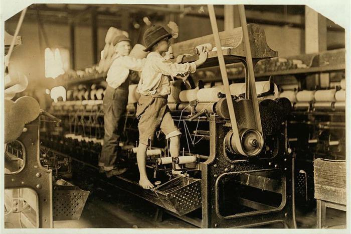 Мальчишки на фабрике, 1909 год. Автор фото: Льюис Хайн (Lewis Hine).