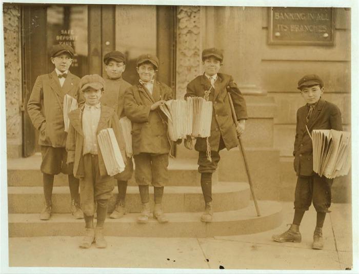 Продавцы газет на оживлённом перекрёстке. Автор фото: Льюис Хайн (Lewis Hine).