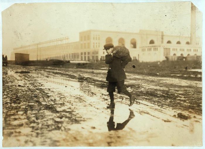 Кража угля из железнодорожного склада. Автор фото: Льюис Хайн (Lewis Hine).