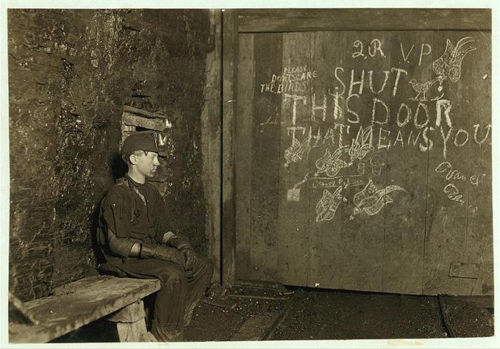 Вэнс, 15 лет, дверовой. Автор фото: Льюис Хайн (Lewis Hine).