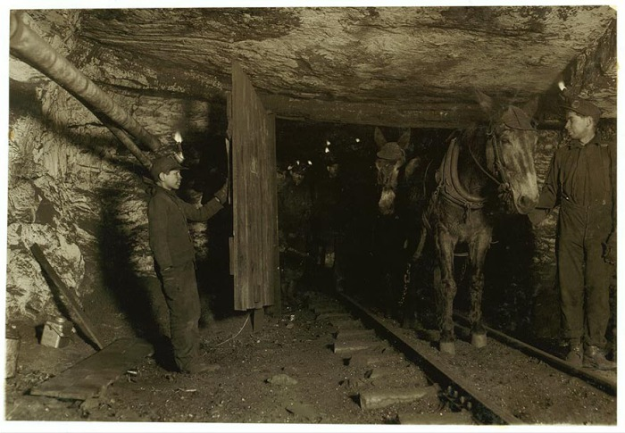 Тринадцатилетний  Вилли Брайден, удерживает дверь в угольную шахту. Автор фото: Льюис Хайн (Lewis Hine).