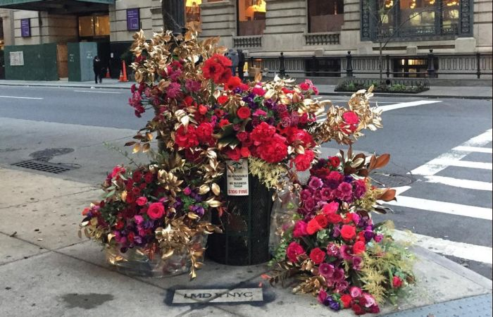 Флорист украсил городские улицы и урны шикарными цветочными композициями
