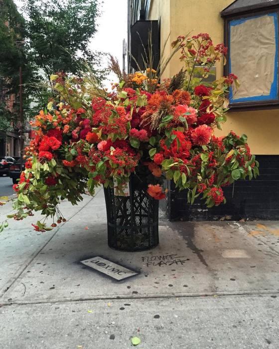 Цветочные композиции на улицах Нью-Йорка. Автор: Lewis Miller.
