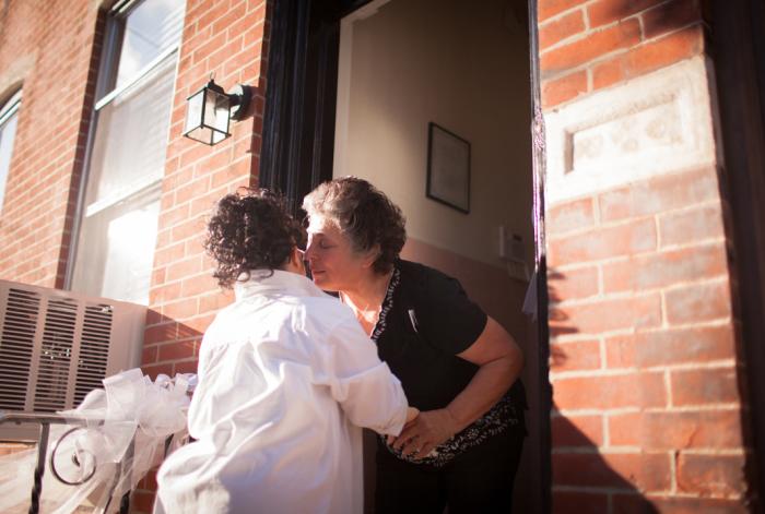 Тетя Конни встречает Риччину в дверях. Вся её семья была рада видеть Риччину счастливой.