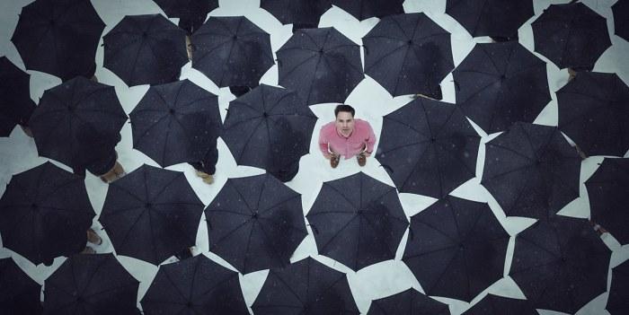 Чёрные зонтики. Автор: Logan Zillmer.