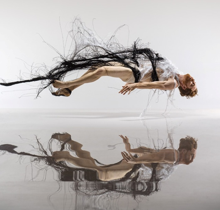 Парение и отражение. Автор: Lois Greenfield.