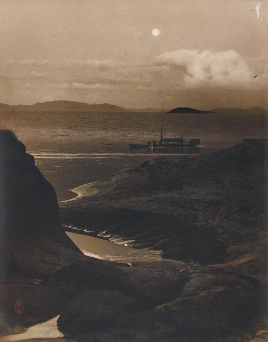 На лодке через залив Байюнь, 1975 год. Автор: Long Chingsan.