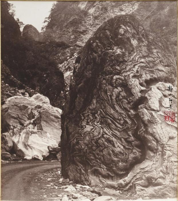 Любопытная скала по пути вниз. Автор: Long Chingsan.