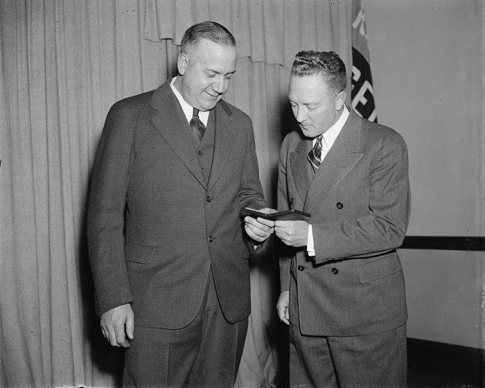 Адмирал Бэрд любуется медалью, присуждаемой помощнику в антарктической экспедиции. \ Фото: en.m.wikipedia.org.