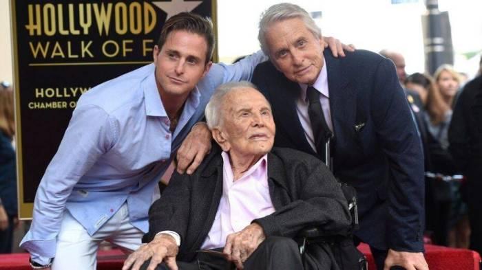 Кирк Дуглас с сыновьями. \ Фото: foxnews.com.