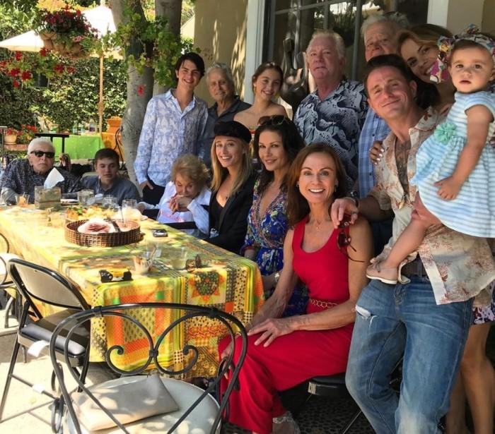 Кирк Дуглас позирует для семейной фотографии с участием четырёх поколений: «Семья в первую очередь». \ Фото: foxnews.com.
