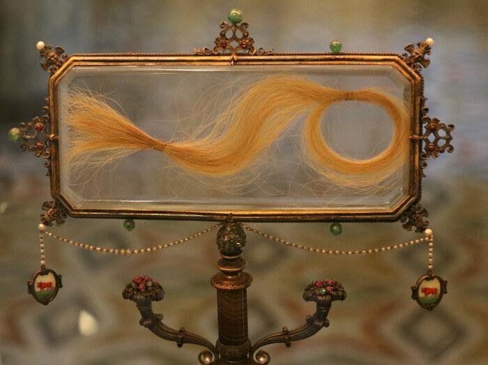Витрина с волосами Лукреции Борджиа, Альфредо Раваско, ок. 1926-28 гг. \ Фото: flickr.com.