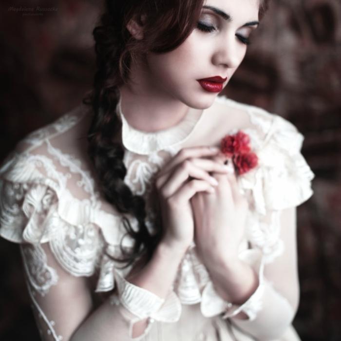 Девушка с цветком (girl with a flower). Автор фото: Магдалена Рассока (Magdalena Russocka).