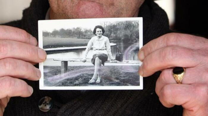 Джон Паскаль Роджерс, родившийся в Туаме, Ирландия, в доме для незамужних матерей, управляемом монахинями, позирует с фотографией своей матери Брайди Роджерс. \ Фото: google.com.