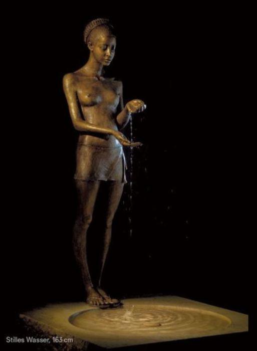 Фонтан: Тихая вода. Скульптор: Малгожата Ходаковская (Malgorzata Chodakowska).