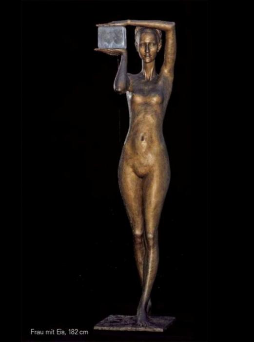 Фонтан: Женщина со льдом (мороженным). Скульптор: Малгожата Ходаковская (Malgorzata Chodakowska).