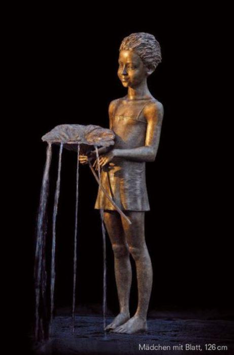 Фонтан: Девочка с листом. Скульптор: Малгожата Ходаковская (Malgorzata Chodakowska).