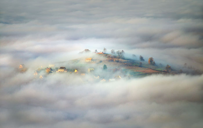Village in clouds. (Деревня в облаках). Beskidy, Poland. (Бескиды, Польша). Фото Marcin Sobas.