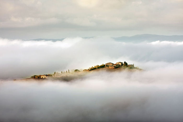 Between clouds and mists. (Между облаков и туманом). Таска, Италия. Фото Marcin Sobas.