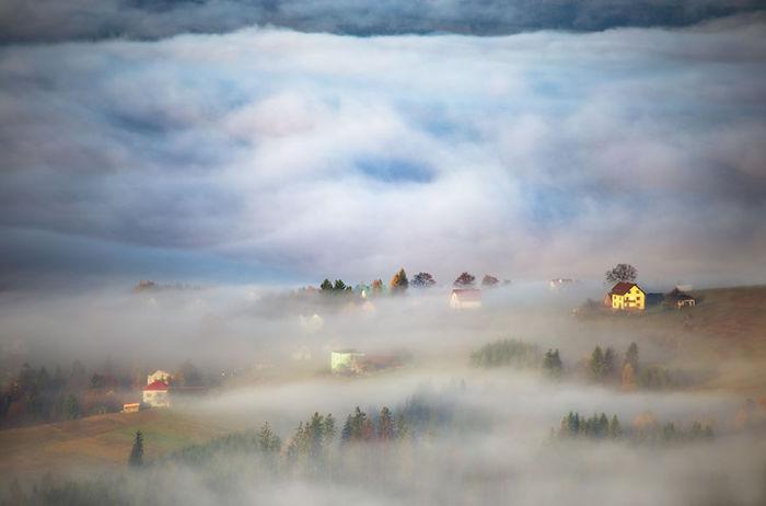 In the autumn valley. (Осенняя долина). Beskidy, Poland. (Бескиды, Польша). Фото Marcin Sobas.