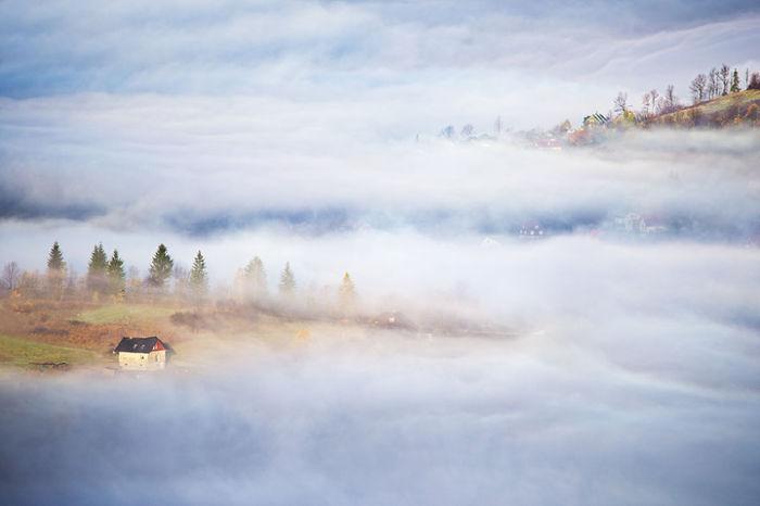 Hidden houses. (Притаившийся домик). Бескиды, Польша. Фото Marcin Sobas.