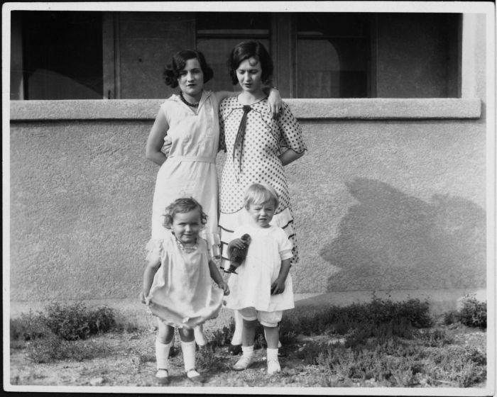 Мэрилин Монро (внизу справа) со своей матерью Глэдис Бейкер (вверху справа) и друзьями, около 1929 года. \ Фото: pinterest.com.