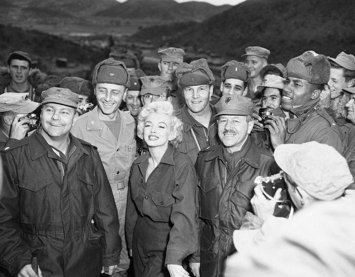 Мэрилин и американские солдаты, 1954 год. \ Фото: pt.starsinsider.com.