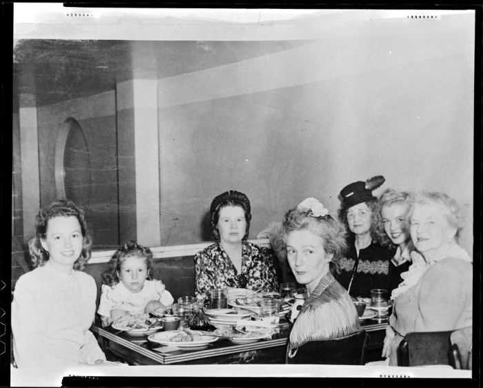 Время с семьёй, 1942 год. \ Фото: lifestyle.sapo.pt.
