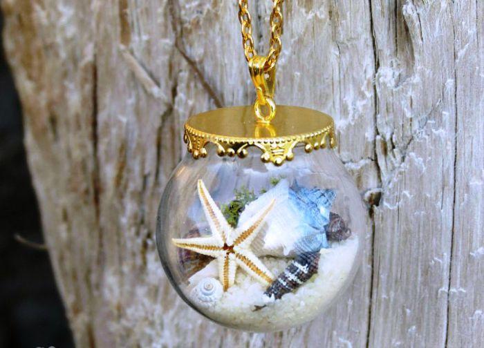 Подвеска стеклянный шар от Maristella: настоящие ракушки и морские звезды с цветным песком.