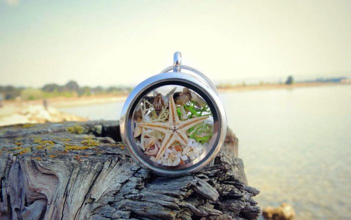 Серебряный медальон от Maristella: настоящая морская звезда, песок, миниатюрные ракушки, мох и кораллы.
