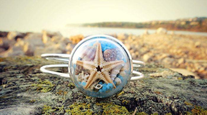 Стеклянный браслет от Maristella: настоящие ракушки, морская звезда и цветной песок.