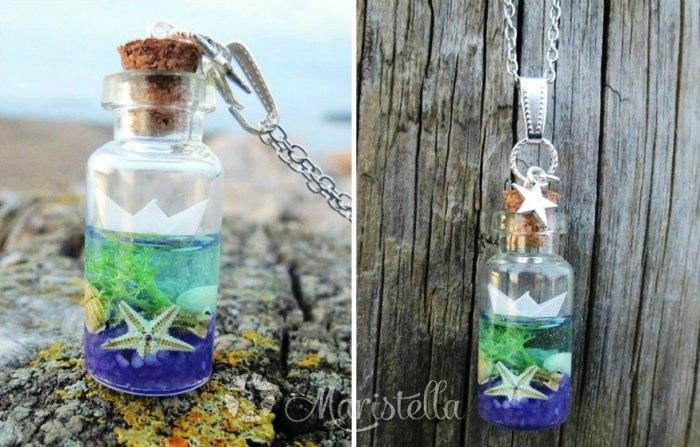 Подвеска «Море в бутылке» от Maristella: бумажный кораблик, голубая смола, миниатюрные ракушки, морские звезды, цветной песок, мох, кораллы.