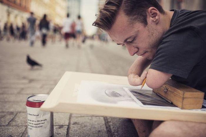 Mariusz Kedzierski - художник, который родился без рук.