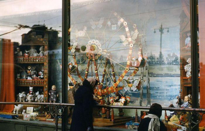 Витрина магазина, Москва. Автор: Martin Manhoff.