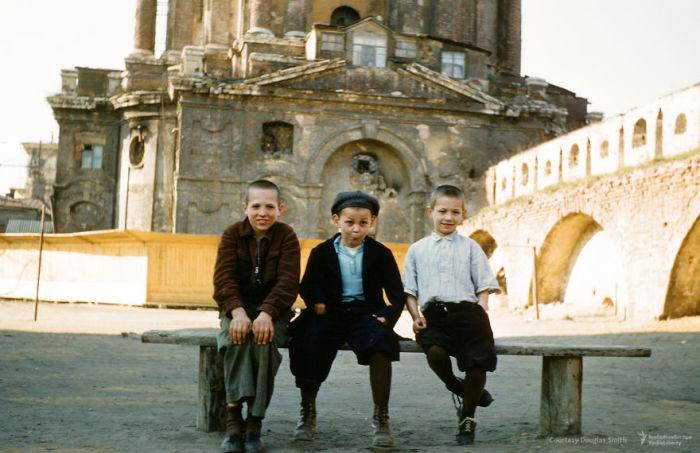 Дети позируют на камеру Мартина у Новоспасского монастыря. Автор: Martin Manhoff.