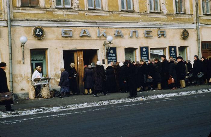 Очереди в магазин, Москва. Автор: Martin Manhoff.
