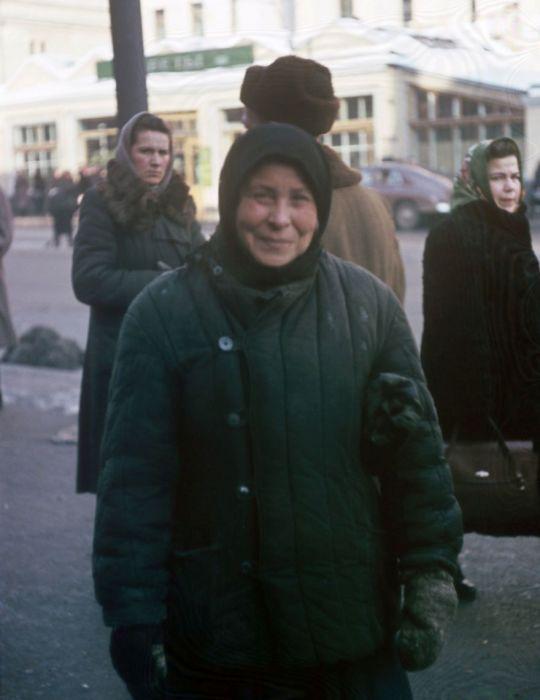 Женщина позирует Мартину на Петровке в Москве. Автор: Martin Manhoff.