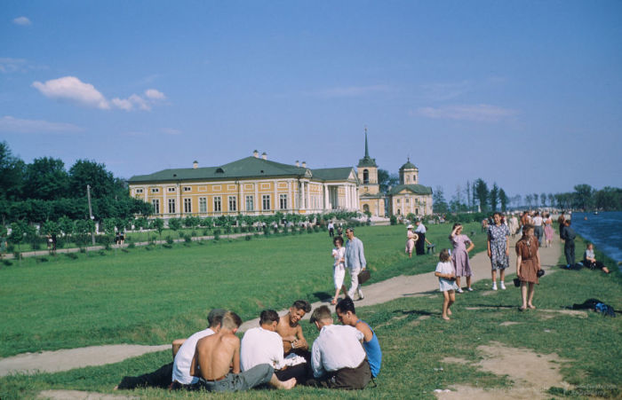 Парни играют в карты возле усадьбы Кусково. Автор: Martin Manhoff.