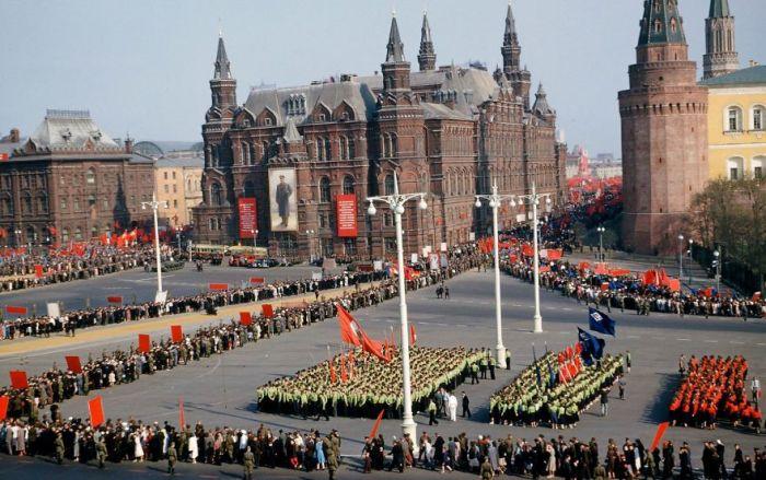 Парад под стенами Кремля. Автор: Martin Manhoff.